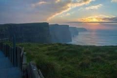 Solnedgång på klippor av Moher Arkivbild
