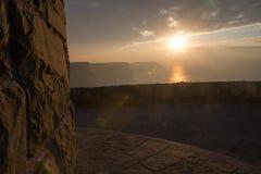 Solnedgång på klippor av Moher Arkivfoton