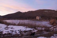 Solnedgång på kusten av en djupfryst sjö i Abruzzo Arkivfoton