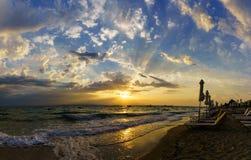 Solnedgång på kusten av havet Arkivfoto