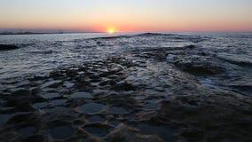 Solnedgång på kusten av Kaspiska havet nära Baku arkivfilmer