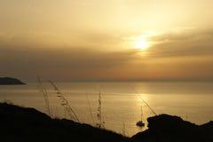 Solnedgång på kusten av Menorca Arkivfoton