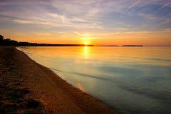 Solnedgång på kusten av Minnesotan en sjö. Arkivbilder