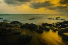 Solnedgång på kusten av Thailand Arkivbilder