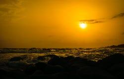 Solnedgång på kusten av Thailand Royaltyfria Bilder