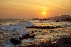 Solnedgång på kusten av Vietnam orange färg av himlen, kullarna och folket, som möter aftonen royaltyfri bild