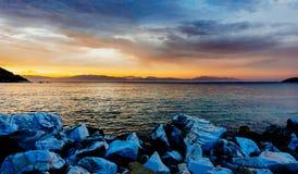 Solnedgång på kusten, Grekland Royaltyfri Fotografi