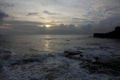 Solnedgång på kusten i Bali Royaltyfria Bilder