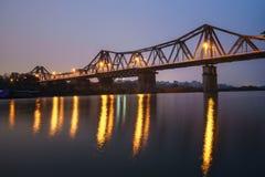 Solnedgång på lång Bien birdge, Hanoi, Vietnam Royaltyfri Fotografi
