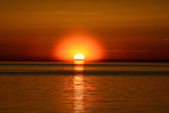 Solnedgång på Lake Peipus, Ryssland Royaltyfria Foton