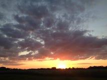 Solnedgång på landssidan Arkivbild