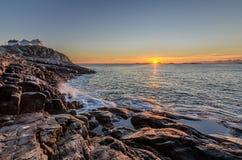 Solnedgång på lofotenen Arkivfoton