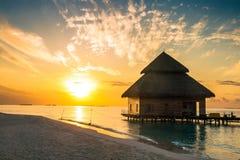 Solnedgång på Maldiverna Arkivbild