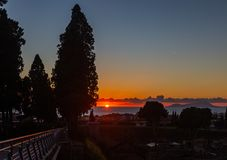 Solnedgång på medelhavet i staden av Ercolano på foten av vulkan Vesuvius arkivfoto