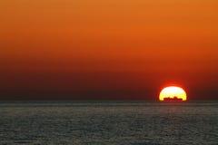 Solnedgång på medelhavet med ett skepp som är främst av solen Arkivbild