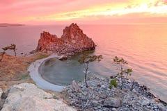 Solnedgång på medicinmannen Rock, Lake Baikal, Ryssland royaltyfri foto