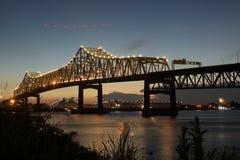 Solnedgång på mellanstatliga 10 som korsar Mississippiet River i Baton Rouge royaltyfri fotografi