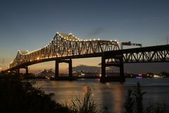 Solnedgång på mellanstatliga 10 som korsar Mississippiet River i Baton Rouge Arkivbild