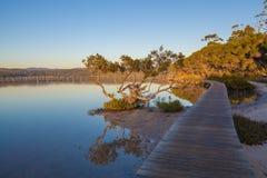 Solnedgång på Merimbula sjön, Victoria, Australien royaltyfri fotografi