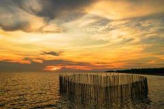 Solnedgång på mitten för havsBangpu rekreation royaltyfri bild