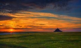 Solnedgång på Mont Saint Michel Abbey Royaltyfria Bilder