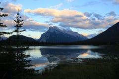 Solnedgång på monteringen Rundle i den Banff nationalparken, Alberta, Kanada Royaltyfri Fotografi