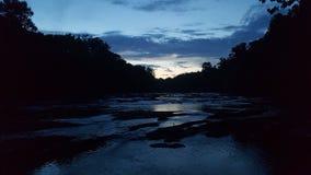Solnedgång på mordliten vik Arkivbilder