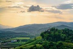 Solnedgång på naturen Maribor Slovenien för gröna kullar royaltyfri foto