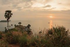 Solnedgång på Nay Harn på den Phuket ön i Thailand royaltyfria bilder