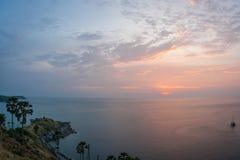 Solnedgång på Nay Harn på den Phuket ön i Thailand royaltyfri fotografi