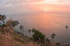 Solnedgång på Nay Harn på den Phuket ön i Thailand royaltyfri bild