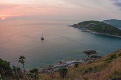 Solnedgång på Nay Harn på den Phuket ön i Thailand arkivfoton