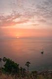 Solnedgång på Nay Harn på den Phuket ön i Thailand arkivfoto