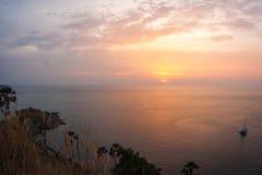 Solnedgång på Nay Harn, Phuket, Thailand arkivbild
