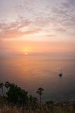 Solnedgång på Nay Harn, Phuket, Thailand royaltyfria foton