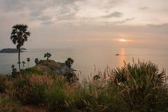 Solnedgång på Nay Harn, Phuket, Thailand arkivbilder