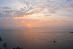 Solnedgång på Nay Harn, Phuket, Thailand fotografering för bildbyråer