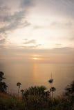 Solnedgång på Nay Harn, Phuket, Thailand royaltyfri bild