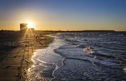 Solnedgång på nden för strandWarnemà ¼ på Östersjön arkivfoto