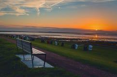 Solnedgång på Nordsjökusten i Friedrichskoog fotografering för bildbyråer