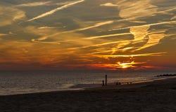 Solnedgång på ny Cape May punkt - ärmlös tröjakust Royaltyfri Bild