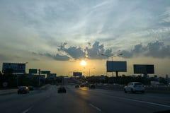Solnedgång på området bangkok för motorwayvägknatte-krabung på 20 Maj 2017 arkivfoto