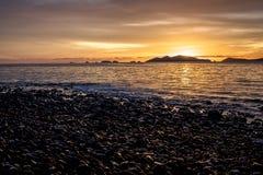 Solnedgång på Pebble Beach Arkivbild