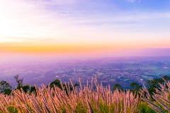 Solnedgång på Pha Hou Nak av Chaiyaphum, Thailand royaltyfria foton