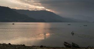 Solnedgång på Phewa sjön i Nepal arkivfilmer