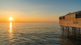 Solnedgång på pir Arkivbilder