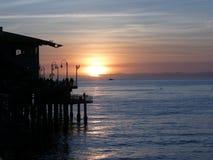 Solnedgång på pir Arkivbild