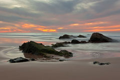 Solnedgång på playa för El Cotillo Royaltyfria Bilder