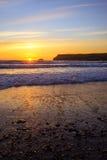 Solnedgång på Polzeath Arkivfoto