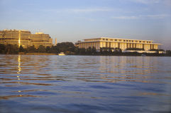 Solnedgång på Potomacet River, Watergate byggnad och Kennedy Center, Washington, DC Arkivbilder